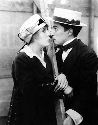 """Чарли Чаплин и Эдна Первиэнс на студии """"Эссеней"""""""