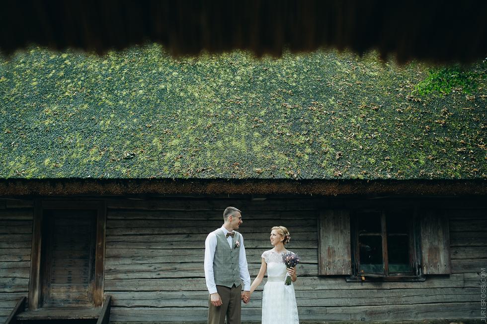 koka guļbūve, kāzu fotogrāfija, kāzu fotosesija, jaunais pāris, līgava un līgavainis