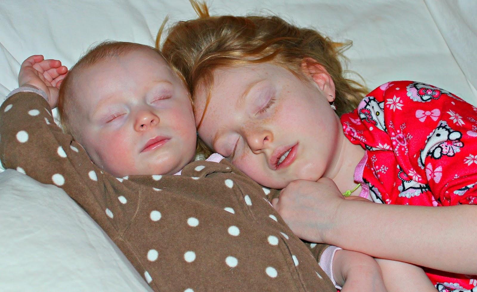 Сестра крепко спит, Брат трахнул младшую сестру пока она спит 10 фотография