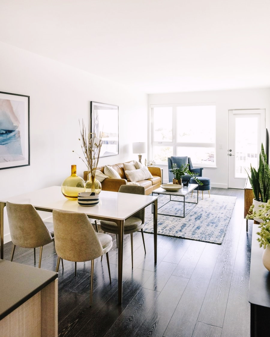 Niewielkie mieszkanie z klasą, wystrój wnętrz, wnętrza, urządzanie domu, dekoracje wnętrz, aranżacja wnętrz, inspiracje wnętrz,interior design , dom i wnętrze, aranżacja mieszkania, modne wnętrza, apartament, apartment, mieszkanie, złote dodatki, niebieskie dodatki, prostota, minimalizm, salon, kanapa, industrialny stolik, stolik kawowy, prostokątnystolik, living room, musztardowa kanapa, niebieski dywan, stół, krzesła, jadalnia