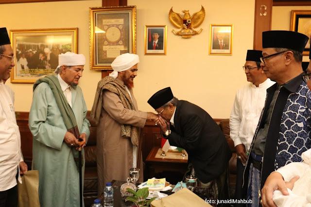 Tawadlu dan Ta'dzimnya KH Said Aqil Siradj kepada Habib Umar bin Hafidz