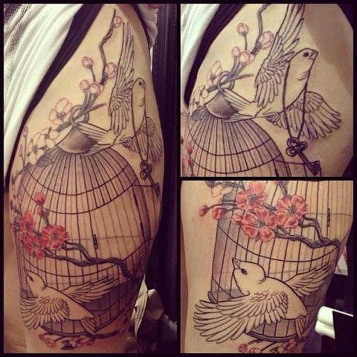 Esta tatuagem de flor de cerejeira