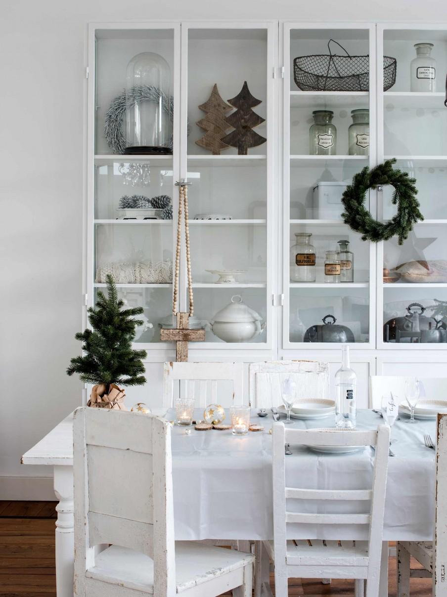 salon, estilo nordico, cruz, madera, arbol navidad pequeño, sillas, vintage, salon, blanco, estilo nordico, decoracion nordica, decoracion para navidad, navidad en blanco