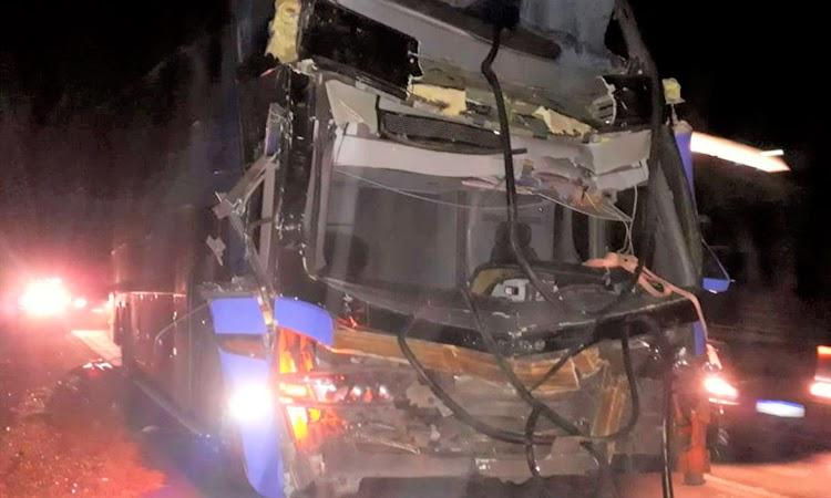 Batida entre ônibus e carreta deixa ao menos cinco feridos na Chapada Diamantina