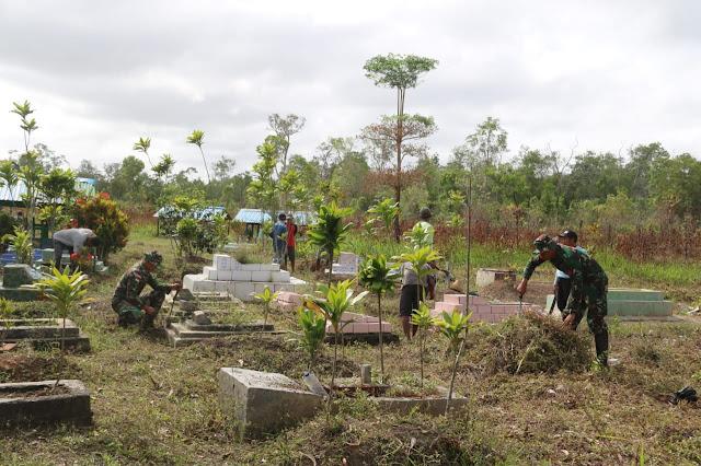 Ciptakan Kebersamaan, Satgas Pamtas RI-PNG Yonif 411 Kostrad Ajak Warga Bersihkan Makam