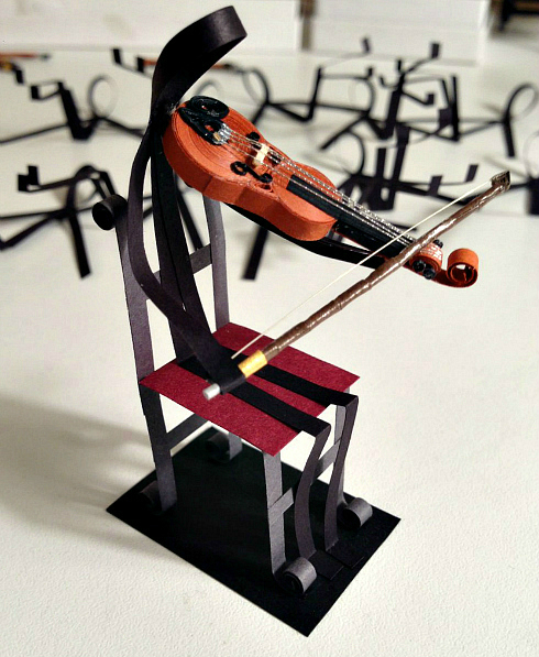 Miniature quilled violin played by a paper violinist
