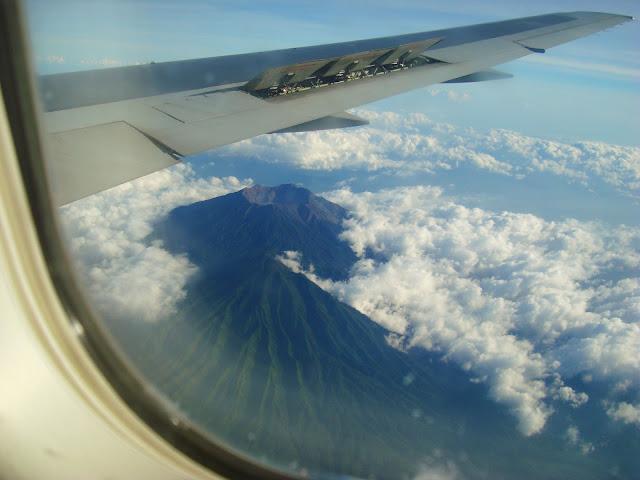 Изображение одного из вулканов из окна самолёта, Индонезия, Бали