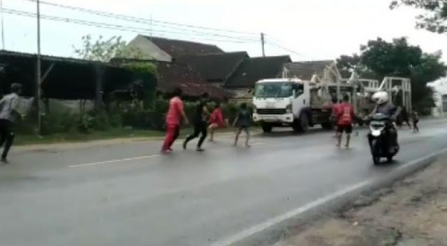 Video Detik-detik Truk Tabrak Rumah Gegara Dicegat Anak Punk di Tuban