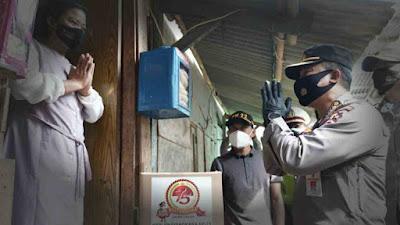 Polri Berbagi Bansos ke Warga Muara Angke, Tetap Patuhi Prokes di Tengah Kasus COVID-19 Yang Tinggi