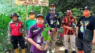 Kepala Desa Samudra bersama relawan penanaman pohon