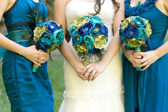 feather+wedding+theme+inspiration+blue+teal+turquoise+beige+champagne+green+reception+table+centerpiece+table+place+setting+escort+card+cards+bouquet+bridesmaids+dresses+bridal+dress+gown+meghan+wiesman+photography+9 - Show your feathers!