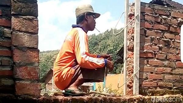 Akses Rumah Ditutup, Warga Ciledug Ini Terpaksa Panjat Tembok 2 Meter