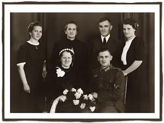 retrato de 6 familiares a blanco y negro de boda de soldado en uniforme
