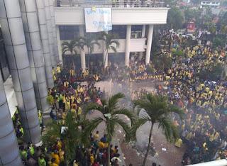Demo Mahasiswa di DPRD Sumbar Rusuh, Kursi Dibakar, Perpustakaan dan Ruang Fraksi Berantakan