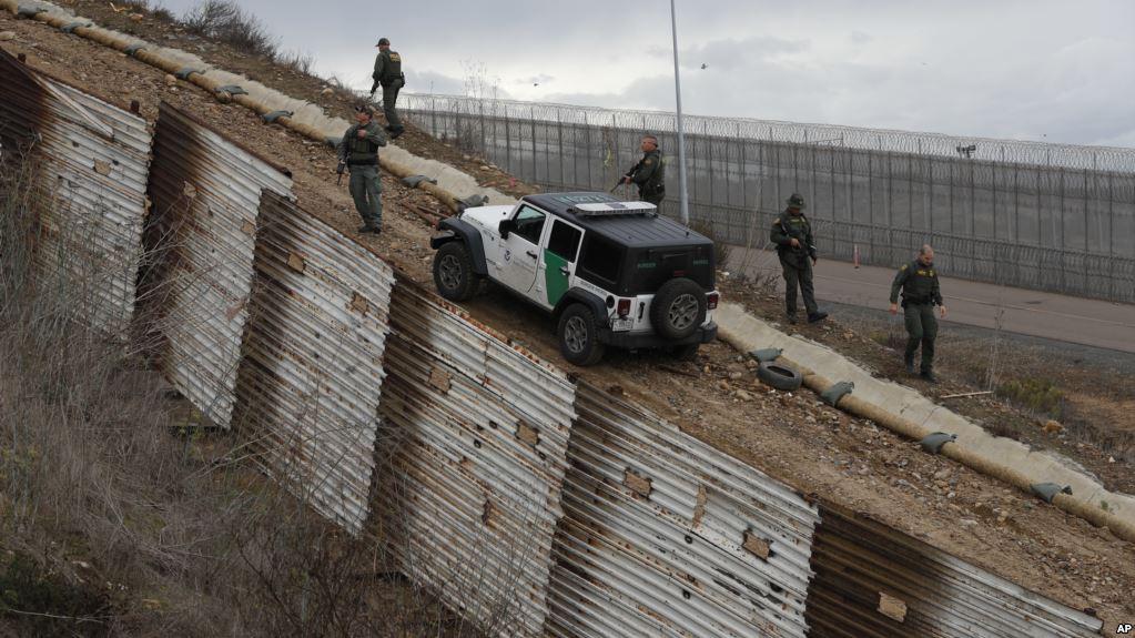Agentes de la patrulla fronteriza en el punto San Ysidro, California / AP