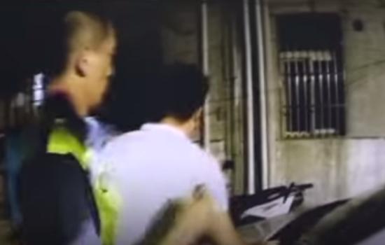 Chinês surfa em teto de carro em movimento sem motorista - Img 2