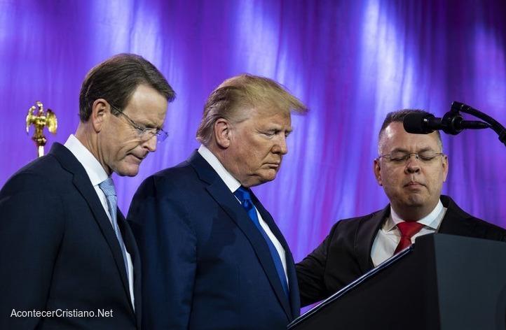 Trump orando