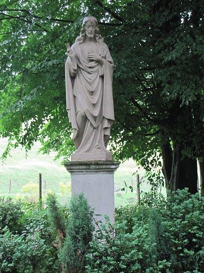 Figura w ogrodzie klasztornym.