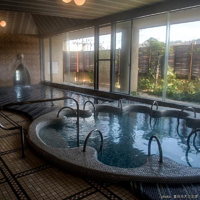 【里之湯】和風洋風兩座大浴場 露天溫泉欣賞圓山川美景