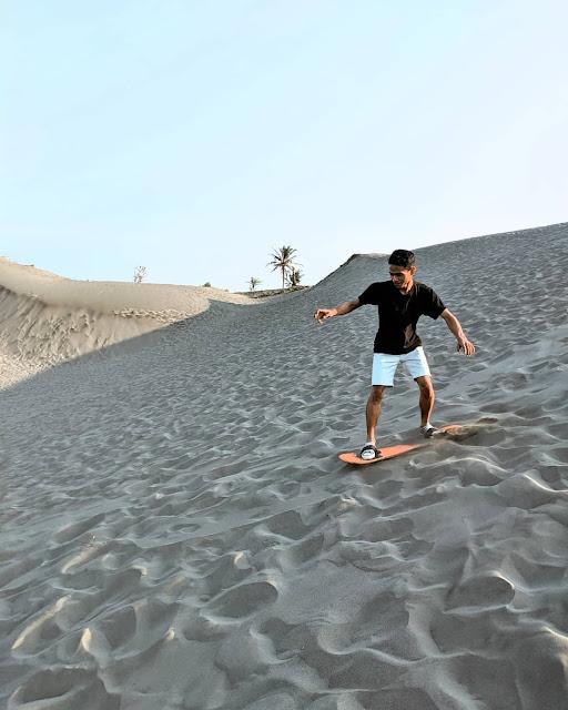 seseorang sedang bermain sand boarding di gumuk pasir jogja