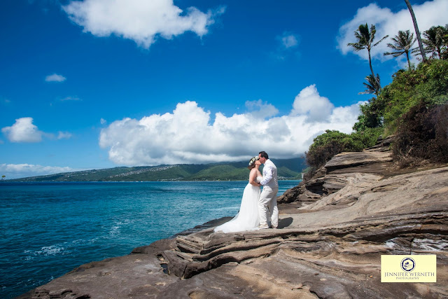 wedding photographer at China Walls in Oahu