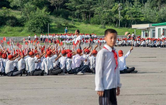 Triều Tiên khuyến khích du khách chụp ảnh các nhóm sinh viên, học sinh nước này tập đồng diễn. Trong ảnh là một nhóm học sinh đang diễn tập chuẩn bị cho lễ kỷ niệm 70 năm thành lập Đảng Lao động Triều Tiên.