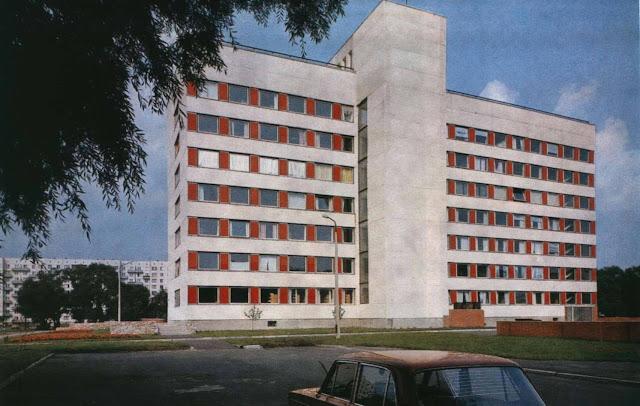 "1970-е годы. Рига. Пурвциемс. 7-я поликлиника (скан из фотоальбома ""Riga"", изд-во ""Avots"", 1981 год)"