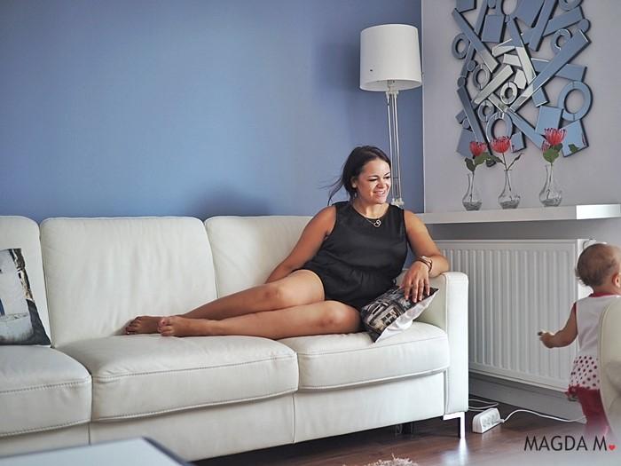 niebieska sciana w salonie