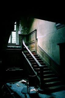 el hombre en la escalera