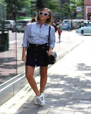 outfit casual con falda corta negra