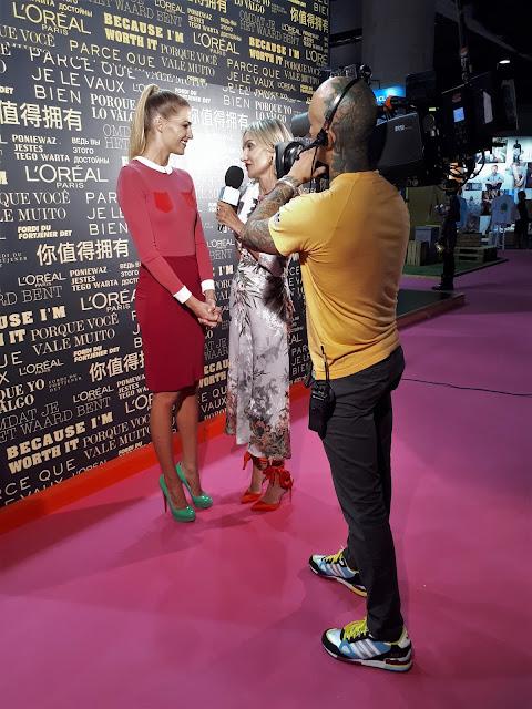 La periodista de moda Clara Courel entrevistando a la modela Laura Sánchez