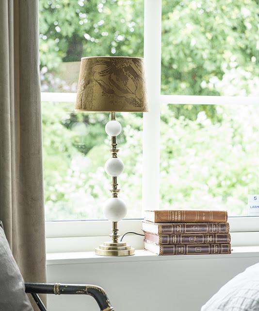 Lampa i mässing och vit marmor från Hallbergs hos Longcoast Living.