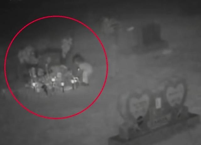 """""""Video"""" Supuesto fantasma de una niña es captado visitando un cementerio"""