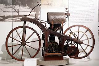 Sepeda motor merupakan kendaraan favorit yang dipakai banyak orang dibanding alat transp MOTOR PERTAMA DI DUNIA