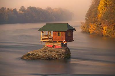 Una casa sobre la roca en el río