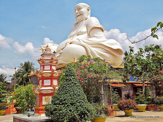 Estátua gigante do Buda sorrindo