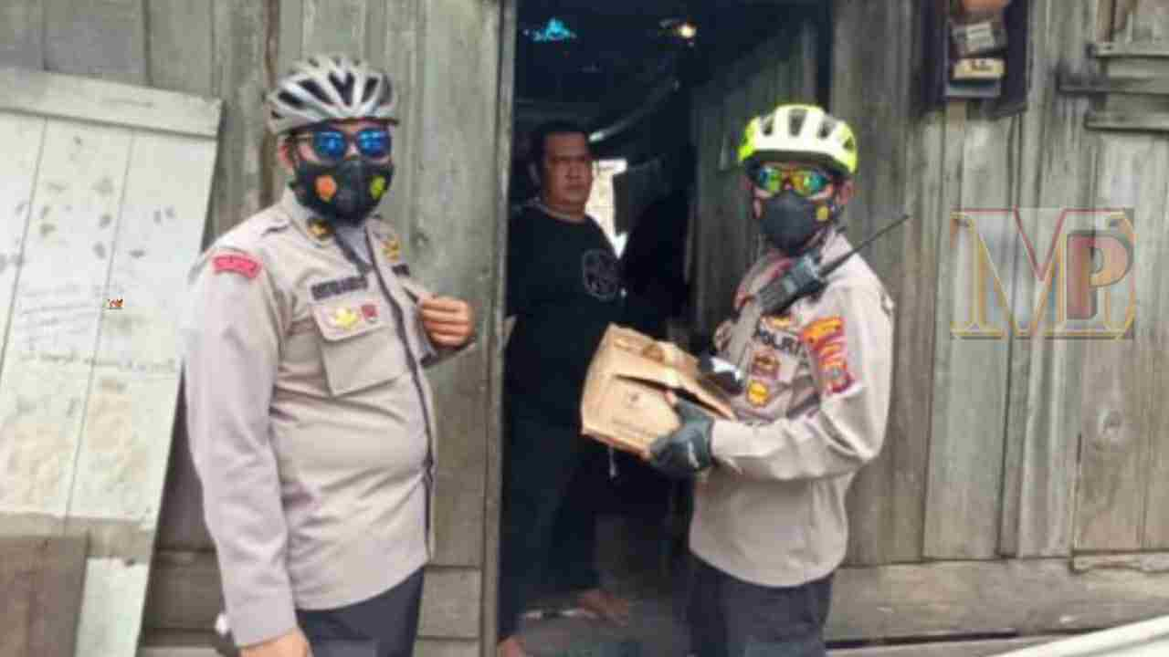 Kapolsek Medan Timur Bagikan Sembako Kepada Warga Terdampak Covid Menggunakan Sepeda
