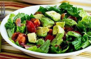 Salada de bacon com abacate e legumes
