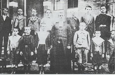 Ecole de la Mine à Montceau, le frère Léonce et sa classe (collection musée)