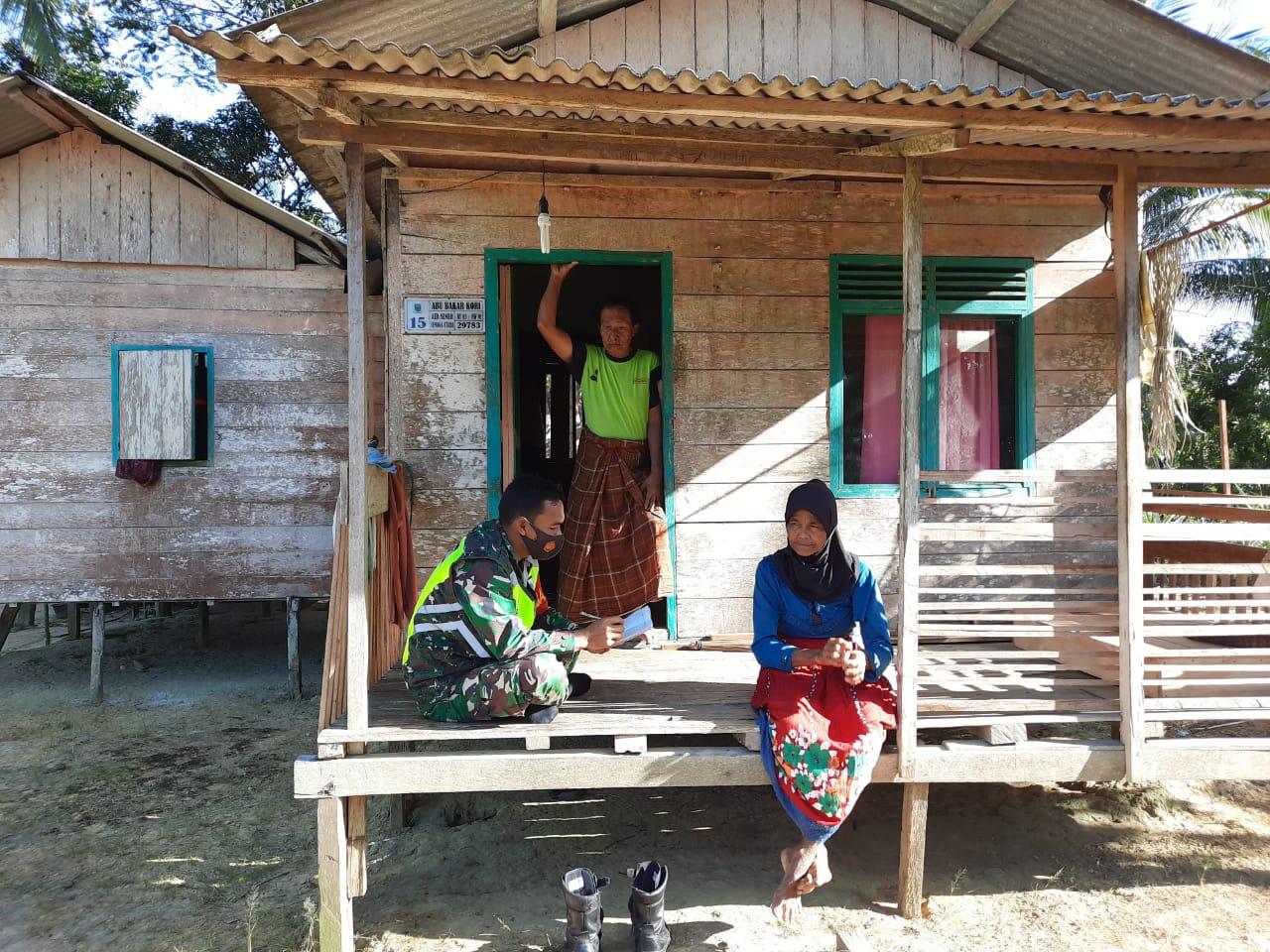 Babinsa Desa Cemaga Utara Lakukan Komsos Dengan Penganyam Tikar Dari Pandan