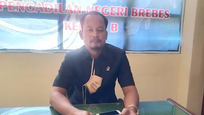 Agung Budi Setiawan, SH.MH , Humas Pengadilan Negeri Brebes saat memberikan keterangan di kantornya, Senin (24/8)