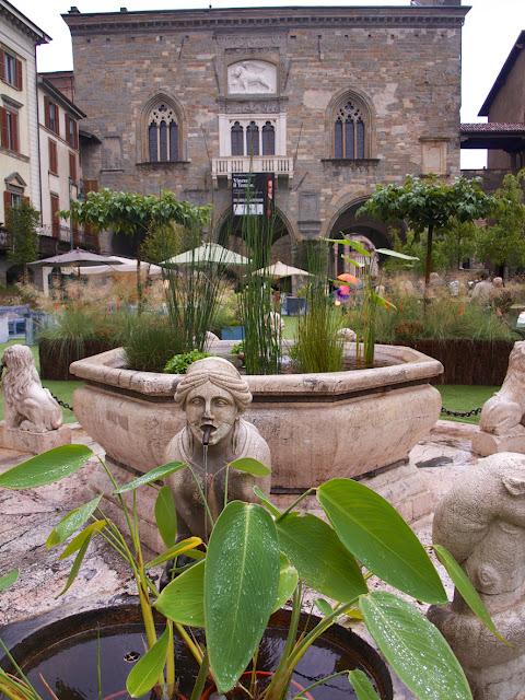 Palazzo della Ragione en la Piazza Vecchia de Bergamo en Italia
