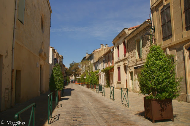Bella via del centro di Aigues Mortes