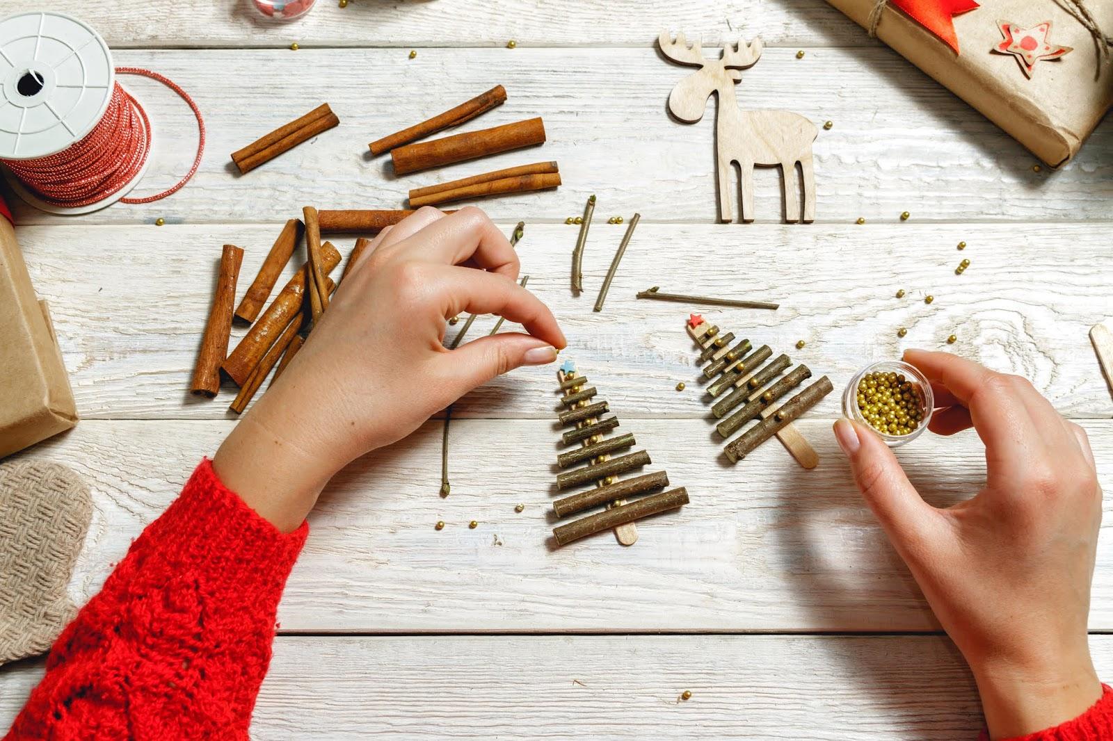 Manualidades navideñas para niños con palitos y ramas de canela