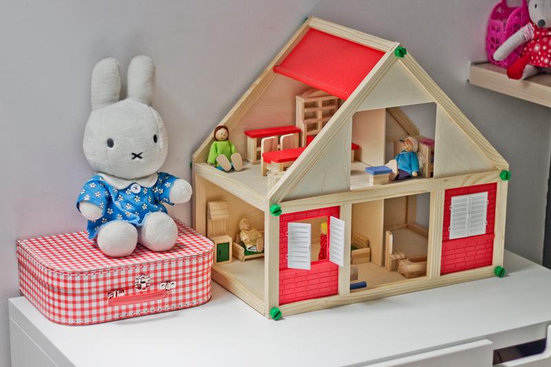 Drewniany domek dla lalek z lidla, maskotka miffy, papierowa walizeczka, kuferek