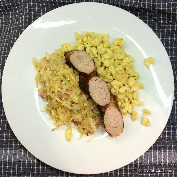 selbst gemachtes Sauerkraut mit Spätzle und Bratwurst