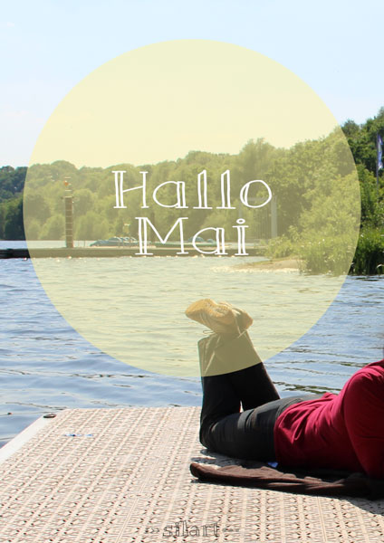 Monatsmood, Frau liegt auf einem Bootssteg am See