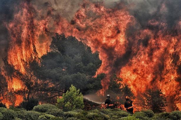 اليونان.. تحطم طائرة إطفاء حرائق ونجاة الطيار