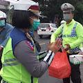 Maknai Bulan Ramadhan Satlantas Polres Bitung Bagikan Takjil Gratis