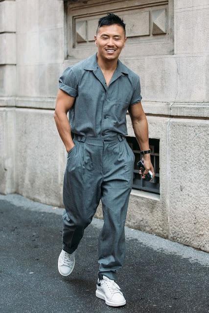 Look masculino com tênis branco e macacão worker